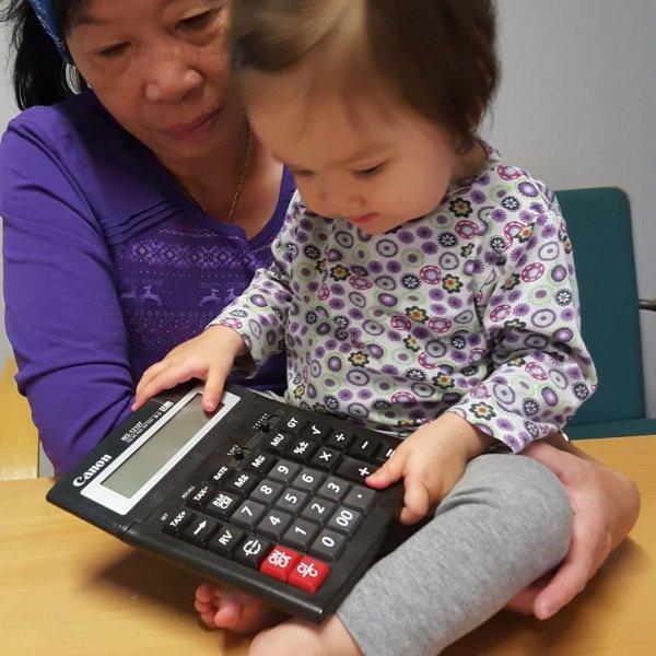 KOLME LEMPPARIASIAA ✌️ 👆  Laskin, oma äiti ja ilmaista työvoimaa (siskontyttöni) 😂  Tätä samaa laskinta käytän edellee...